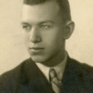 """Skaistutis 20-metis. 1939 m. Fotografas E. Zdanovič. Skaistutis, kaip ir abi jo seserys, buvo Vilniaus universiteto (tuomet Stepono Batoro universiteto) studentas, kur studijavo matematiką ir chemiją. Buvo Vilniaus lietuvių studentų sąjungos narys ir ekskursijų po Vilnių vadovas. Kitoje nuotraukos pusėje Marijos Šlapelienės ranka užrašyta: """"Mano Mylimasis sūnus – Skaistutis Šlapelis (1919.V.29+1961.IV.8)."""