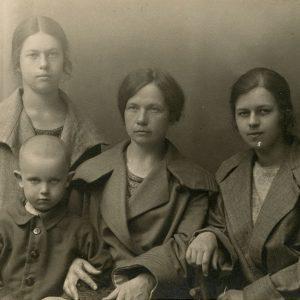 """Marija Šlapelienė su savo vaikais Kaune. 1924 m. Kaunas. Fotografas nežinomas. Marija Šlapelienė su vaikais pirmą kartą atvyko į Nepriklausomą Lietuvą. Jai iš dešinės sėdi dukra Laimutė, iš kairės – sūnus Skaistutis, už jo stovi dukra Gražutė. Antroje pusėje M. Šlapelienės užrašyta juodu rašalu – """"Pirmą kartą Nepriklausomojon atsilankius, 1924 m. liepos m., M. Šlapelienė su vaikais Kaune""""."""