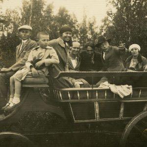 """Jurgis, Laimutė, Gražutė ir Skaistutis Šlapeliai """"bričkoje"""". 1930 (?) m. Iš dešinės: pirmas – Jurgis Šlapelis, penkta – Laimutė Šlapelytė-Graužinienė, šalia jos – Gražutė Šlapelytė ir Skaistutis."""