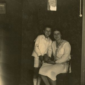 Laimutė ir Skaistutis Šlapeliai savo namuose. 1929 m. liepa. Laimutė su broliu Skaistučiu savo namų svetainėje. Tai viena paskutinių nuotraukų, kuriose dar netekėjusi Laimutė nusifotografavusi su savo šeimos nariais namuose Pilies g.