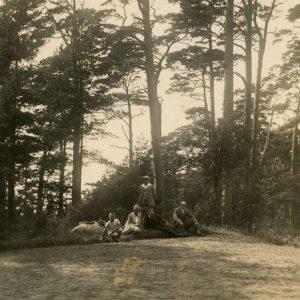 Laimutė, Gražutė ir Skaistutis Šlapeliai su draugais gamtoje. 1929 (?) m. Šlapelių vaikai su trimis jaunuoliais pramogauja pušyne. Pirmoji iš kairės guli Gražutė, šalia jos tupi Skaistutis, šalia jo sėdi sesuo Laimutė.
