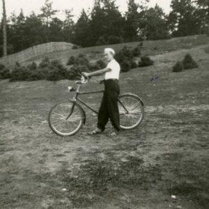 """Skaistutis su dviračiu. 1932 m. Skaistutis šeimos vasarnamyje Valakampiuose. Tuo metu jis buvo Vytauto Didžiojo gimnazijos mokinys. Kitoje nuotraukos pusėje Marijos Šlapelienės užrašyta: """"Mieliausias Skaistutis Šlapelis – Valakampiai – 1932""""."""
