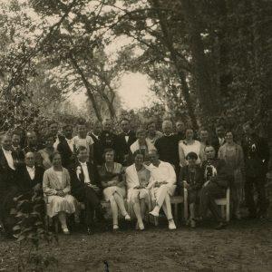 Antroji Laimutės Šlapelytės ir Kazio Graužinio sutuoktuvių diena Marciniškiuose. Jaunieji su svečiais. 1929 m. Fotografas nežinomas. Jaunavedžiai sėdi centre. Pirmoje eilėje iš kairės sėdi Jurgis Šlapelis, prie jo – Marija Šlapelienė. Už Šlapelienės, antroje eilėje, stovi duktė Gražutė. Antroje eilėje septintas iš kairės – sūnus Skaistutis.