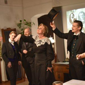 Nuotraukoje žiūrovams aktorius pristato Dovydas Urbonas. Iš eilės: Jelena Mockienė, Saulius Sipaitis, Eglė Tulevičiūtė, Kristijonas Siparis ir Nida Timinskaitė.