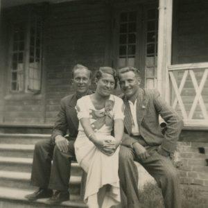 Gražutė Šlapelytė Palangoje su dviem draugais. 1935 m.