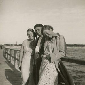 Gražutė Šlapelytė su dviem draugais ant Palangos tilto. 1935 m.