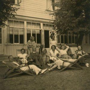 1935 m. vasarą Gražutė Šlapelytė (sėdi pirma dešinėje) su kitais Palangos vilos poilsiautojais.