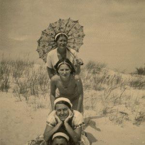 Gražutė (antra nuo apačios) su trimis draugėmis pozuoja Palangos kopose. 1935 m.