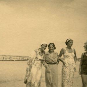 Gražutė Šlapelytė (pirma iš kairės) su trimis draugėmis vaikščioja Palangos paplūdimyje. 1935 m.