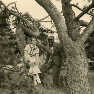 Gražutė Šlapelytė, vasarodama Palangoje, nusifotografavo su draugu prie storos pušies. Tuo metu ji dar studijavo Vilniaus universitete polonistiką ir lituanistiką bei dėstė Vytauto Didžiojo gimnazijoje. 1935 m.