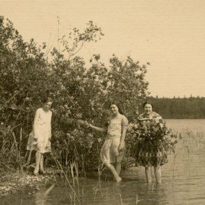 """Gražutė (pirma iš kairės) ir Laimutė (antra iš dešinės) Šlapelytės lietuvių ir ukrainiečių studentų ekskursijoje į Trakus. Tuo metu abi seserys studijavo Vilniaus universitete. Kitoje nuotraukos pusėje užrašyta: """"Trakai,1929-VI-16d.""""."""