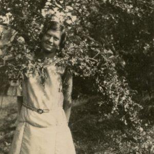 """Gražutė Šlapelytė Fredoje. Kitoje nuotraukos pusėje jos užrašyta: """"A ku-ku/ A. Frėda /1929-VIII-18d/"""""""