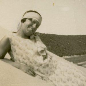 """Šlapelių šeima atostogauja pajūryje. Nidos kopose įsiamžino Gražutė. Kitoje nuotraukos pusėje Gražutės ranka užrašyta: """"Nidos smėlyje/ 1929-VIII-11d."""""""