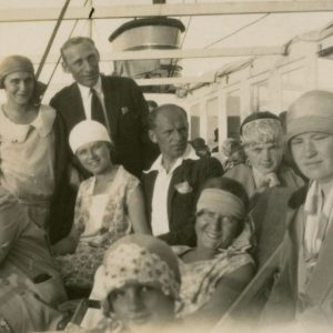 Gražutė (antroje eilėje antra iš dešinės) ir Laimutė (sėdi antra iš kairės) Šlapelytės garlaiviu plaukia iš Nidos. Šalia Laimutės sėdi jos būsimasis sutuoktinis Kazimieras Graužinis. 1929 m.