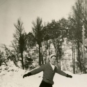 Gražutė čiuožinėja čiuožykloje prie Kalnų parko, 1937 (?) m. Tais metais Gražutė baigė lituanistikos ir polonistikos studijas Vilniaus universitete ir jau ketvirtus metus dėstė Vytauto Didžiojo gimnazijoje.