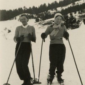 """Gražutė su drauge slidinėja Vilniaus miškeliuose. Kitoje nuotraukos pusėje jos užrašyta: """"Vilniaus kalneliai / 1937-III-1."""""""