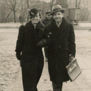 Gražutė Šlapelytė su draugu eina Katedros aikšte. 1937 m.