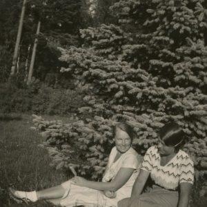 """Gražutė, kaip ir kiekvieną vasarą, vasaroja pajūryje. Kitoje nuotraukos pusėje Gražutės ranka užrašyta: """"Palanga 1933-VIII-""""."""