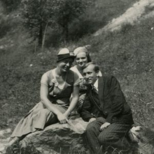 Gražutė Šlapelytė su E. Valteryte ir draugu. 1933 m., Vilnius.