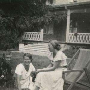 Gražutė Šlapelytė su dviem draugais prie vilos Palangoje. 1933 m.