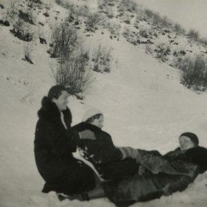 Gražutė Šlapelytė su draugėmis džiaugiasi žiema. 1933 m.