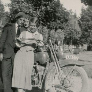 Gražutė Šlapelytė su dviem Palangoje vasarojančiais draugais nusifotografavo prie motociklo. 1933 m.