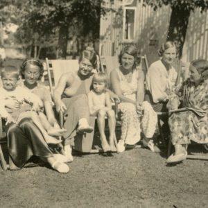 Gražutė Šlapelytė su kitom vasarotojom prie vilos Palangoje. 1934 m.