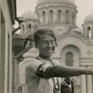 """Gražutė Šlapelytė Kaune prie Soboro. 1935 m. Fotografas Jasvoinas. Gražutė Šlapelytė stovi balkone, čia pat matyti Soboras. Kitoje nuotraukos pusėje pieštuku užrašyta: """"Kaunas / 1935-VIII-18. Ore – lietus 10 val. 15 min."""""""
