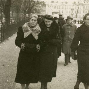 Gražutė Šlapelytė su drauge vaikštinėja po Vilnių. 1936 m.