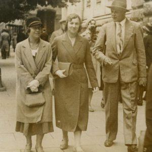 Pasivaikščiojimas A. Mickevičiaus prospektu Vilniuje (Gražutė Šlapelytė su dviem draugais). 1931 m.