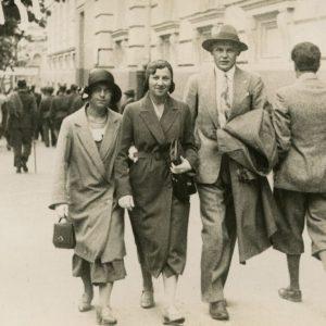 Trijulė Vilniaus centre (Gražutė Šlapelytė su dviem draugais). 1931 m.