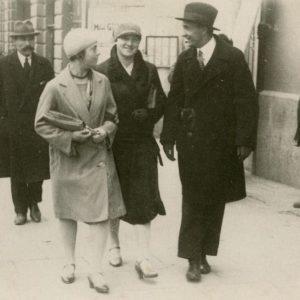 """Gražutė Šlapelytė (kairėje) eina Vilniaus centru. Kitoje nuotraukos pusėje Gražutės užrašyta: """"1930VytD-X-. Vilnius; nufilmuota""""."""