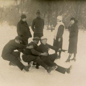 """Gražutė Šlapelytė (stovi pirma iš dešinės) čiuožinėja Bernardinų sodo čiuožykloje. Kitoje nuotraukos pusėje Gražutės užrašyta: """"Vilniuje, Bernardinų sodo čiūžykloje 1930-I-27""""."""