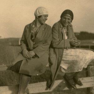 Gražutė Šlapelytė su drauge sėdi ant tvoros. 1930 m.