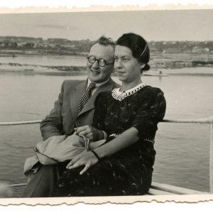 Būsimiesji sutuoktiniai – Gražutė Šlapelytė ir Aloyzas Sirutis. 1938 (?) m. Tais metais Gražutė baigė buhalterių kursus Kaune, o Aloyzas dirbo Marijampolės pradinių mokyklų inspekcijos sekretoriumi. Po ketverių metų, 1942-asiais jiedu susituokė.