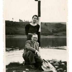 Gražutė Šlapelytė ir Aloyzas Sirutis prie Nemuno. 1938 (?) m.