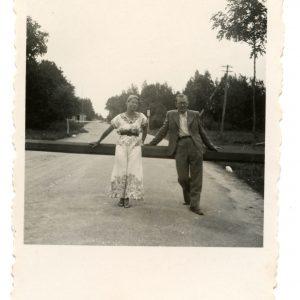 Gražutė Šlapelytė ir Aloyzas Sirutis poilsiauja Palangoje. 1938 (?) m.