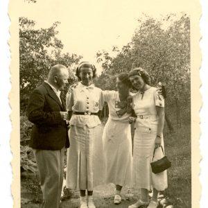 Gražutės vasara Palangoje. 1934 m. Šlapelytė - antra iš dešinės.