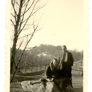 Gražutė su draugu vaikšto po Vilniaus apylinkes. 1936 m. pavasaris.