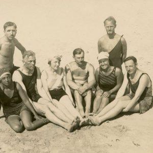 """Viena iš Gražutės Šlapelytės vasaros poilsio dienų Palangos pajūryje. Gražutė – antra iš dešinės. Kitoje pusėje juodu rašalu užrašyta: """"Palangos smėlyje / 1929-VII-30 d.""""."""