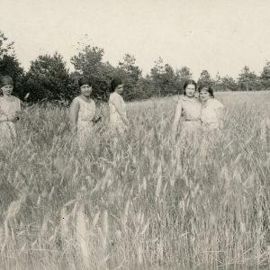 Gražutė (antra iš kairės) su keturiomis draugėmis pozuoja rugių lauke. 1929 (?) m.