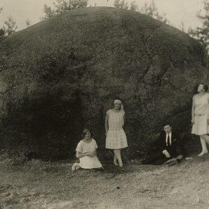 Keturi jaunuoliai prie Puntuko akmens. Gražutė stovi antra iš kairės. 1929 (?) m.