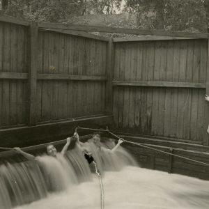 Gražutė Šlapelytė su draugėmis vandens kaskadose. 1928 (?) m. Gražutė – pirma iš kairės.