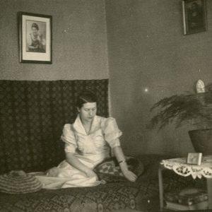 Gražutė Šlapelytė savo kambaryje ant lovos. 1928 (?) m.