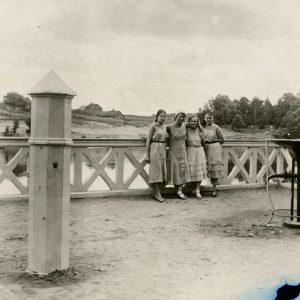 Gražutė vasaroja su trimis draugėmis. 1929 (?) m. Gražutė – antra iš kairės.