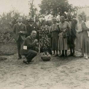 Dideliame būryje kaime viešinčių inteligentų – diplomatas Kazys Graužinis – pirmas iš kairės. Pirmoji iš dešinės – Gražutė Šlapelytė su dukterėčia Laimute, Graužinių pirmagime. Šalia Gražutės stovi jos vyresnioji sesuo Laimutė Graužinienė.