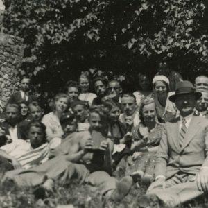 Gražutė ekskursijoje Trakuose. 1930 (?) m. Tarp didžiulio pulko moksleivių, susėdusių pievoje šalia Trakų pilies griuvėsių, Gražutė pasipuošusi balta kepuraite, virš mokytojo.