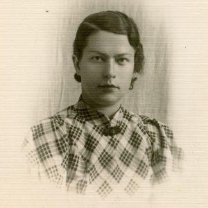Studentė Gražutė Šlapelytė languota suknele. 1930 (?) m. Vilniaus universiteto (tuo metu vadinto Stepono Batoro) Gražutė, studijuojanti filosofiją, lituanistiką ir polonistiką.
