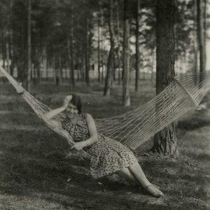 """Gražutė Šlapelytė vasaroja šeimos vasarnamyje Valakampiuose. Kitoje pusėje jos ranka pieštuku užrašyta: """"1932-VI- Valakumpis""""."""