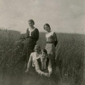 """Švenčionyse, kur tuo metu mokytoja dirbo Gražutė Šlapelytė, rugių lauke stovi keturios draugės. Priekyje sėdi Gražutė, už jos – P. Cicėnaitė, kairėje stovi Laimutė Graužinienė, šalia jos – O. Perednaitė. Kitoje pusėje Gražutės ranka pieštuku užrašyta: """"1932-VI-26 d. Švenčionys""""."""